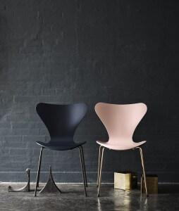 Jubileumeditie Serie 7 stoelen donkerblauw en lichtroze vlinderstoelen